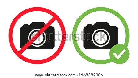 Camera icons in crossed out red circle and photo camera in green circle. No photography prohibition sign and photos allowed vector flat illustration isolated on white background. Foto stock ©