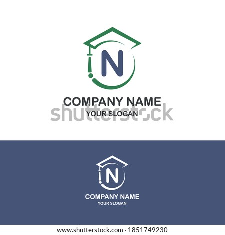 Initial N combine with toga hat icon for education business logo template Foto stock ©