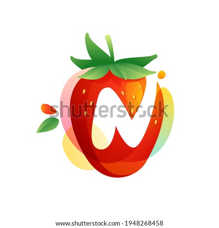 Letter N logo on a tasty ripe Strawberry with green leaves and juice splashes. Vector negative space icon for fresh farm organic company, ecology magazine, exotic poster, summer menu cover. Foto stock ©