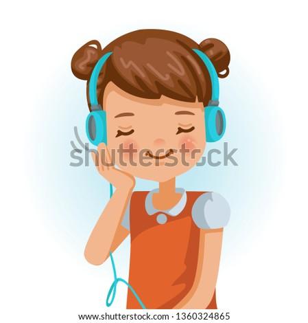 little girl use headphon