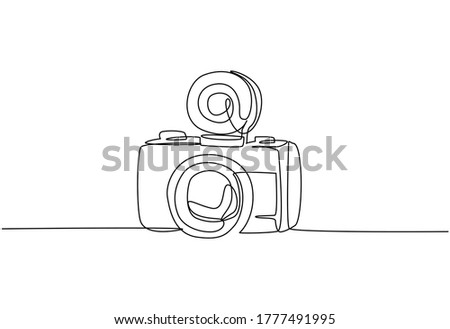 One single line drawing of old retro lomo plastic photo camera. Vintage classic lomography equipment concept. Continuous line draw graphic design vector illustration Photo stock ©