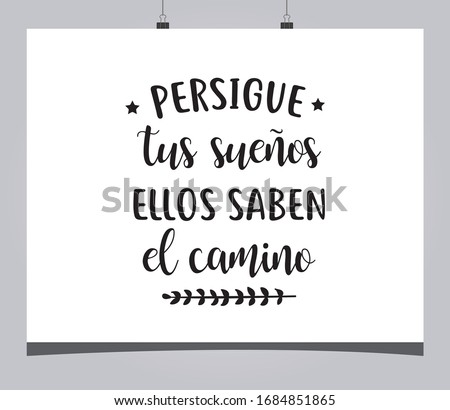 Positive phrase in Spanish that says 'Chase your dreams, they know the way' Foto stock ©