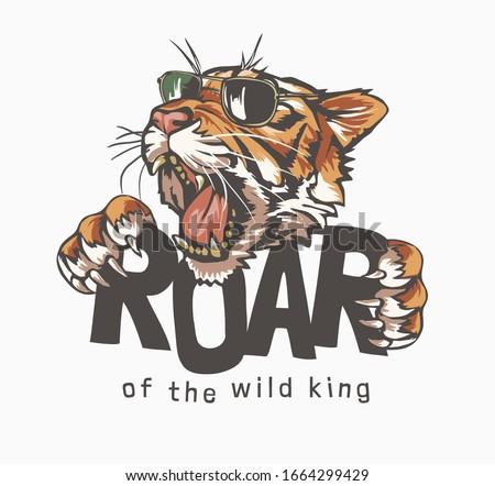 roar slogan with tiger head in sunglasses, illustration Foto stock ©