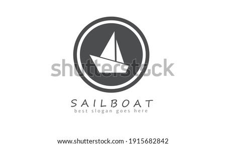 sailboat logo silhouette in circle. isolated white negatif space logotype. vector Stok fotoğraf ©