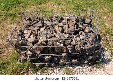 Stone blockade in the cage