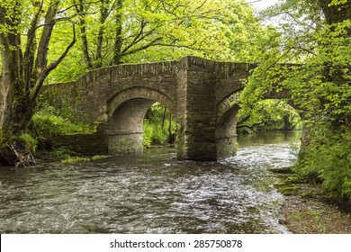 Stone buildt bridge with a river below it