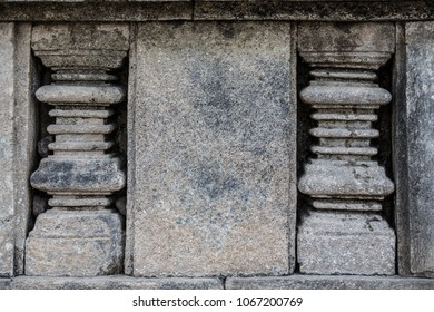 Stone carvings According to the wall and the ancient Hindu.