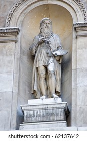 Stone Statue of the artist  Leonardo Da Vinci on the outside of Burlington House on Piccadilly, London.