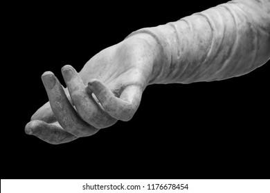 statua in pietra dettaglio della mano umana
