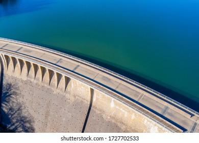Steinwasserdamm in der Sonne von oben