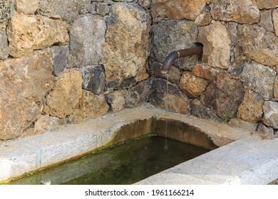 Fuente de la aldea cubierta de piedra con tapón antiguo