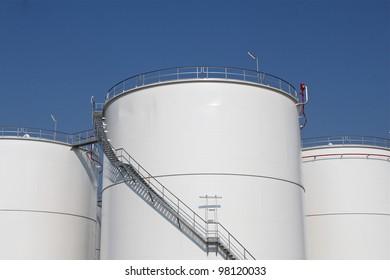 Storage tanks for oil