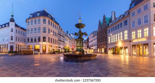 Stork Fountain auf dem Amagertorv Platz, Stroget Straße während der Morgenblauen Stunde, Kopenhagen, Hauptstadt von Dänemark