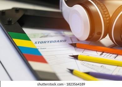 Storyboard Video für Vorproduktion im Film. Kopfhörer auf Tonschiefer mit Farbstift zum Zeichnen auf Sketch-Kartoon-Kartoon-Vorlagen-Layout-Medien, Hinter Prozess-Design kreative Szene im Studio