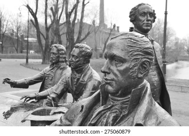 """ST.PETERSBURG, RUSSIA - APRIL 26, 2015: Sculptural composition """"The great architects"""" in St-Petersburg, Russia. Black and white."""
