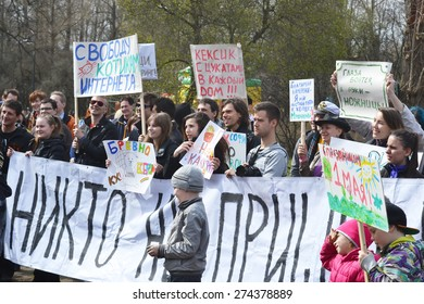 """ST.PETERSBURG, RUSSIA - MAY 1, 2015: Action """"Monstration 2015"""" in St.Petersburg. The essence of the event - an absurd procession, a parody of the traditional May Day demonstration."""