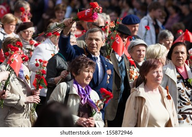 ST.PETERSBURG, RUSSIA - MAY 9: The parade of veterans of World War II on the Nevsky Prospect, St. Petersburg, Russia, May 9, 2013