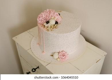 Stracciatella drip cake with flowers
