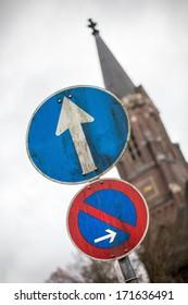 straight arrow traffic sign