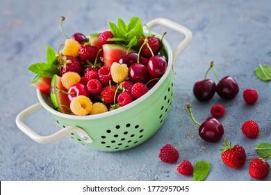 passoire pleine de fruits d'été - fruits et légumes