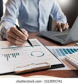 Strategiekonzept, Business-man-Financial Manager Research Process Accounting berechnen Analyse Markt Graphen Stock Information Review auf der Tabelle im Büro.
