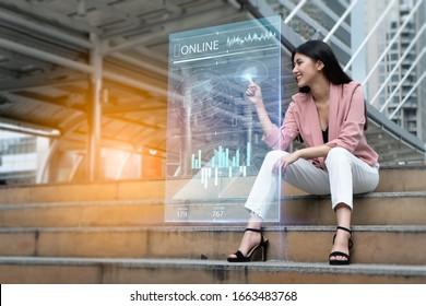 Strategie und digitales 5G-Hologramm Concept.Portrait von jungen asiatischen Frauen glücklich und Blick auf das digitale Hologramm, um ihr Geschäft auf die ganze Welt auszudehnen.Geschäftsfrau analysieren Wachstumsdiagramm Diagramm.