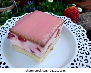 Strawberry cake with mascarpone and biscuits