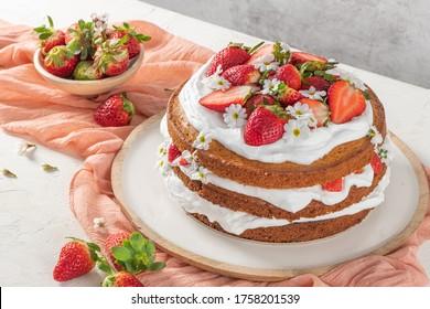 Erdbeertorte, Erdbeertorte mit frischen Erdbeeren und saure Creme auf weißem Hintergrund