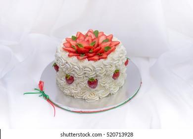 Strawberry cake with vanilla cream roses
