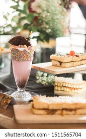 strawberry chocolate smoothie ceres with bread toast