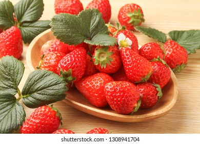Strawberry, which is dished in a dish of wood