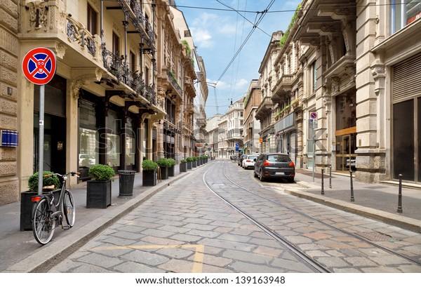 La rue avec des bâtiments anciens dans le centre de Milan, Italie