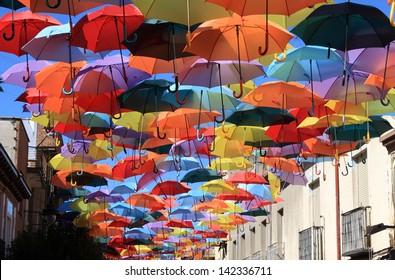 Straße mit farbigen Regenschirmen.Madrid, Getafe, Spanien