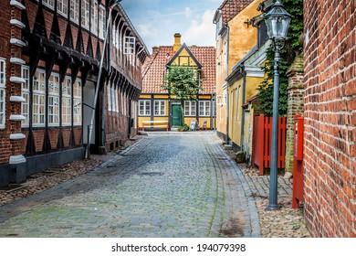 Straße mit alten Häusern aus der Königsstadt Ribe in Dänemark
