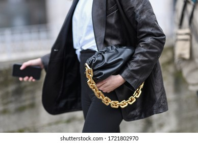 Street style accessories – Black handbag with an oversized golden chain – StreetStyleFW2020