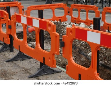 Street traffic barrier for temporary construction works