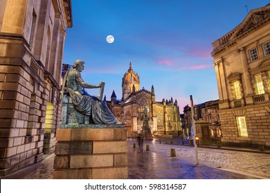 Street view of the historic Royal Mile, Edinburgh, Scotland