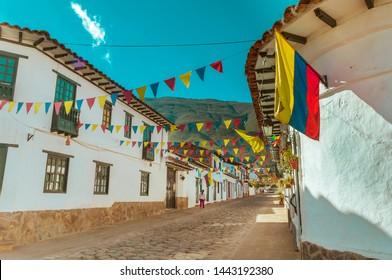 Calle de Villa de Leyva con bandera colombiana
