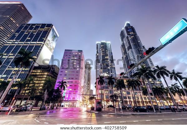 Nachts Straßen und Gebäude von Downtown Miami.