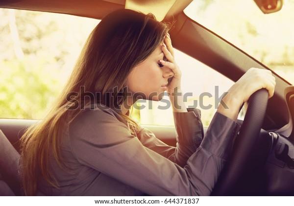 Стремила женщина водитель сидит внутри ее автомобиль