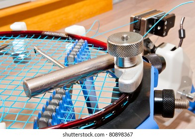 Stringing a badminton racket