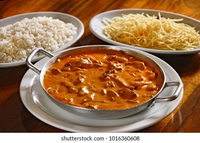 strogonoff with rice and chips
