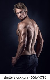 Starkes Athletic Man Fitness Model welches Rückenmuskeln, Triceps, Latissimus