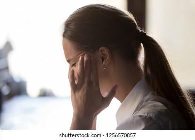 Dolor de cabeza cansado y nauseabundo