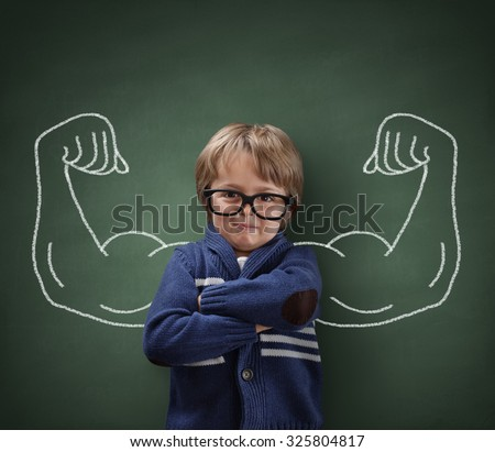 strong man child showing bicep muscles の写真素材 今すぐ編集