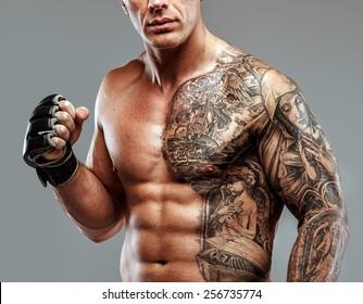Forte combattante musculaire avec pose de tatouage