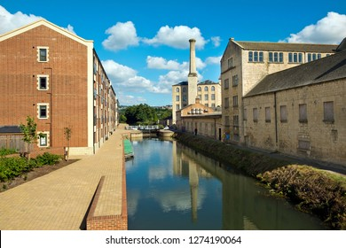 Stroud, Gloucestershire, UK - 26th August 2016: Summer sunshine brings people out to enjoy the regenerated Stroudwater Canal project at Ebley, Stroud, Gloucestershire, UK.