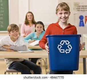 Studierende, die eine Recyclinganlage führen