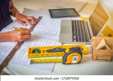 Studierende der Bautechnik nutzen Laptop-Computer auf dem Arbeitsplatz der Universität. Eigenheimdesign.