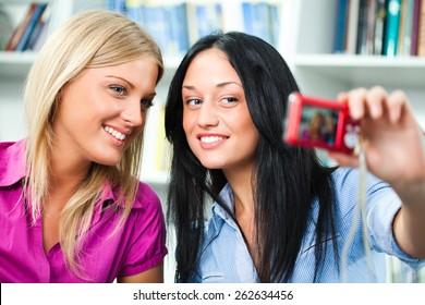 Student Girls Taking Selfie Stok Fotoğrafı (Şimdi Düzenle) 262634456